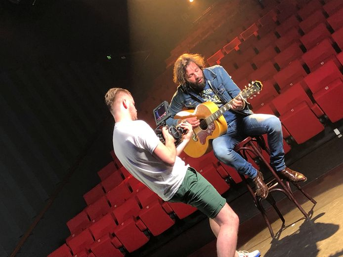 Hendrik Jan Bökkers uit Heino tijdens opnames van zijn muzikale ode aan de kleine theaters.