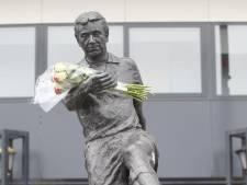 Eerste bloemen neergelegd bij standbeeld Van der Kuijlen, vlaggen Philips Stadion halfstok