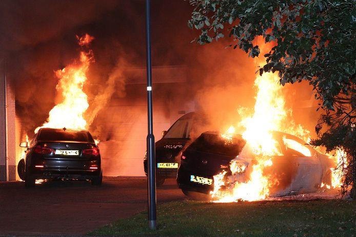 Drie auto's in Brand aan de Jan van Goyenstraat.