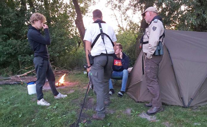 Wildkamperen en een kampvuur stoken in de Biesbosch. Dat mag niet, dus krijgen de overtreders een bekeuring van Staatsbosbeheer.