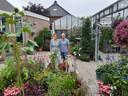 Maartje en Sjaak Nowee in hun tuin.