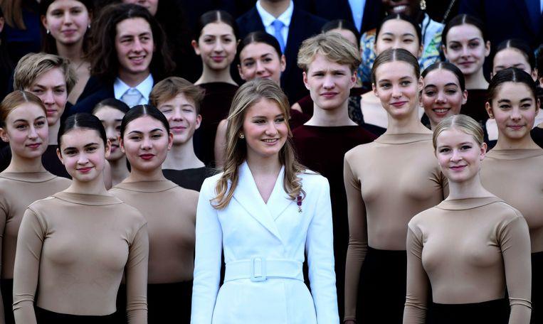 Prinses Elisabeth op de viering van haar 18de verjaardag. binnenkort wordt ze niet door danseressen maar door soldaten omringd.  Beeld Photo News