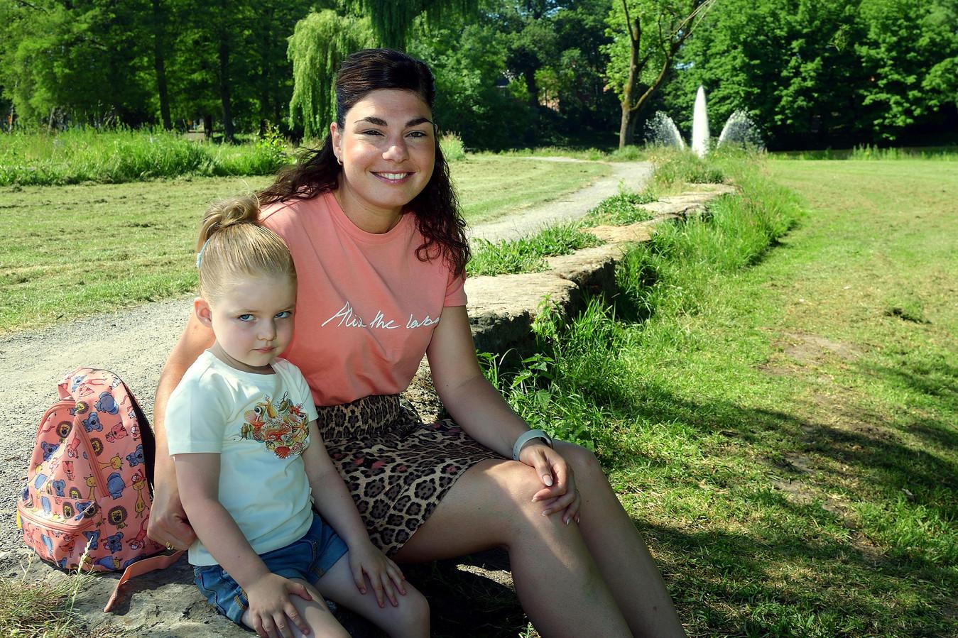 Marijke Withagen en haar dochter Fleur in het Anton van Duinkerkenpark. Hier ging Marijke vroeger vissen met haar vader.