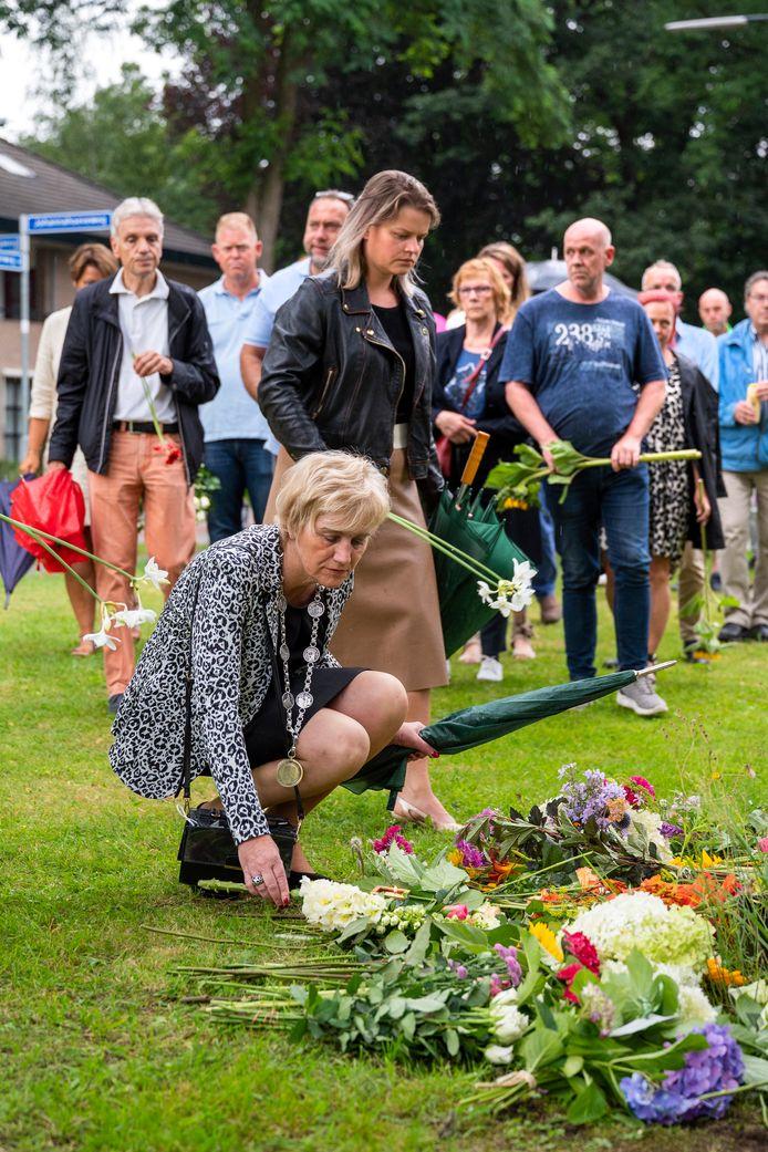 Burgemeester Agnes Schaap legt samen met wethouder Marinka Mulder bloemen.