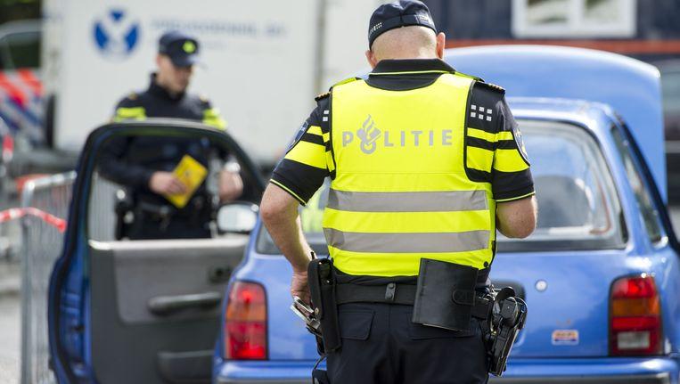 Agenten in nieuwe politieuniformen tijdens een grote verkeerscontrole actie. Beeld anp