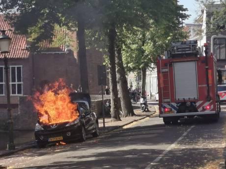 Geparkeerde auto brandt volledig uit in Amersfoort