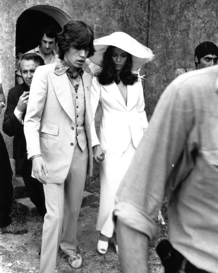 Bianca Jagger in haar trouwpak.  Beeld rv