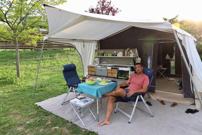 Robert van Asten geniet in de tent voor zijn vouwwagen.