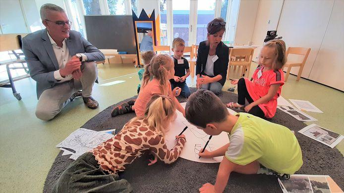 Kinderen van basisschool De Linde zijn met cultuuronderwijs bezig. Links wethouder René van Ginderen van de gemeente Roosendaal.