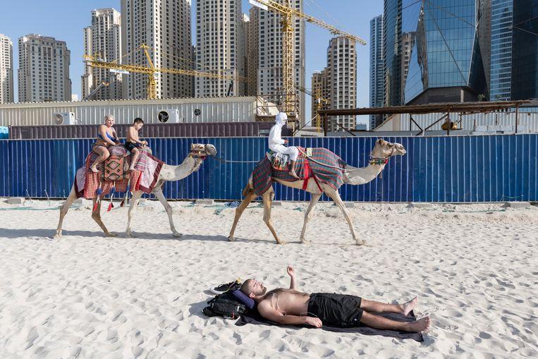 2016. Strandvertier in Dubai. Daar kan de Belgische kust nog een puntje aan zuigen.  Beeld NICK HANNES