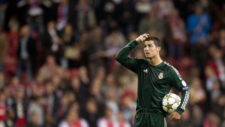 Christiano Ronaldo van Real Madrid loopt met de bal, waarmee hij een hattrick tegen Ajax scoorde, van het veld (2012) Beeld anp