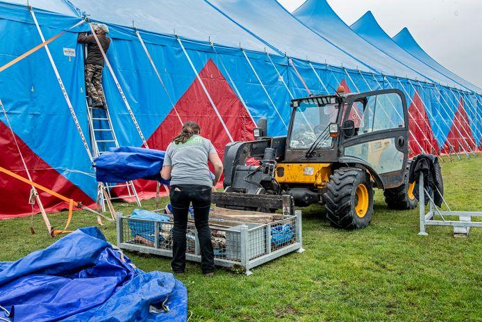 Heel wat medewerkers zijn druk in de weer om het festivalterrein tegen vrijdag klaar te krijgen.