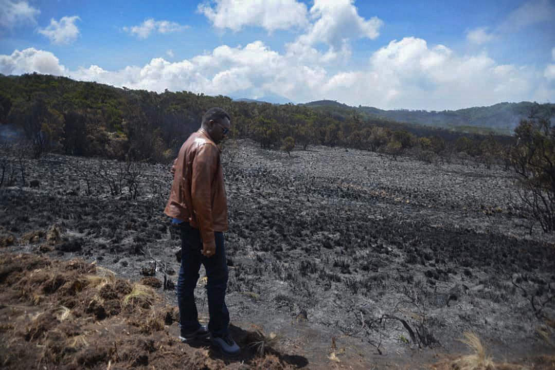 De Tanzaniaanse minister voor toerisme en natuurlijke hulpbronnen Hamisi Kigwangalla in het getroffen gebied.