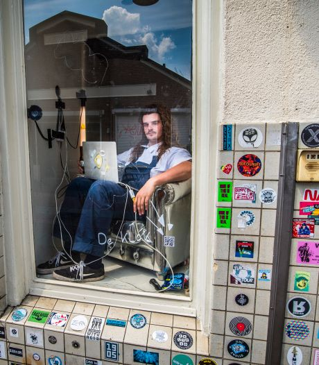 Kunstenaar Cas Klaver uit Enschede zegt 24 uur lang elke minuut de tijd: 'Wat doe ik mezelf aan, dit is eenzaam en zinloos'