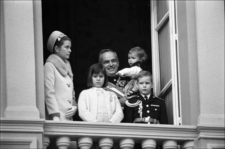 De royal family op het balkon van hun paleis in Monaco in november 1966.  Beeld Getty Images