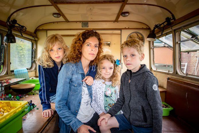 Ze kocht een oude Poolse legerbus en zette die in de tuin, dat is de legobus van de jongens geworden.