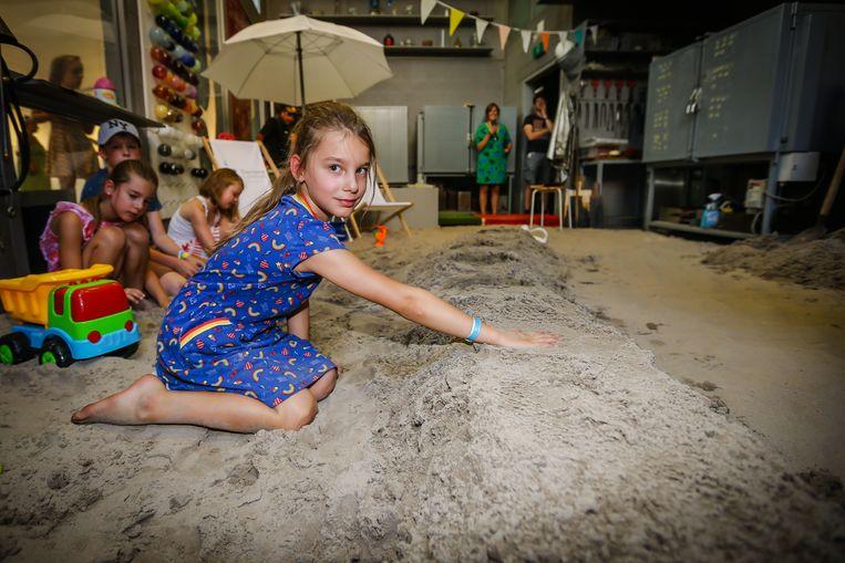 Dag van het zand Lommel Fran maakt een glazen afdruk van haar hand
