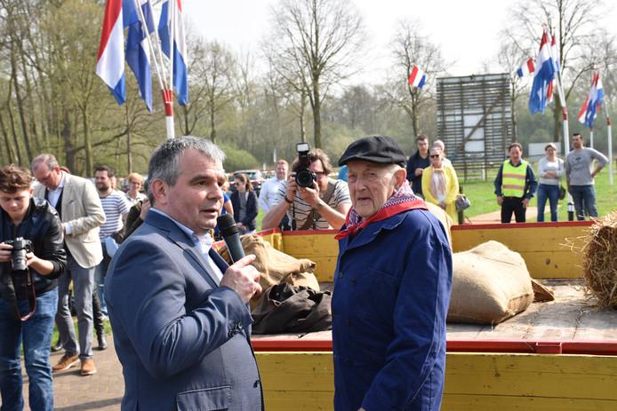 Jan van de Vossenberg en Johan Coolen bij het afgeleverde graan.