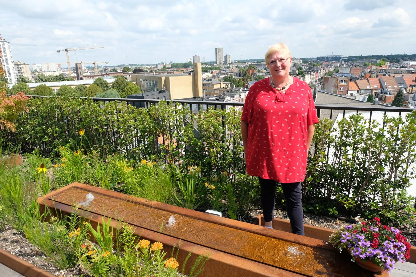 Mieke Vogels kan genieten van een schitterend uitzicht op de stad.