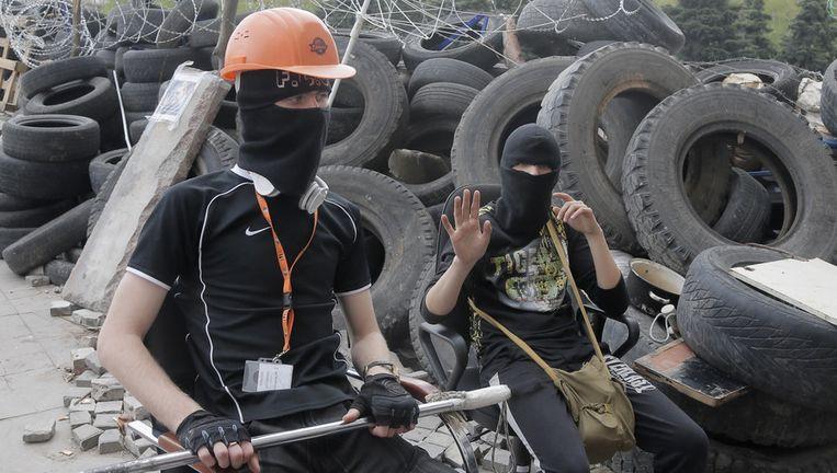 Pro-Russische betogers bewaken een barricade in Donetsk. Beeld AP