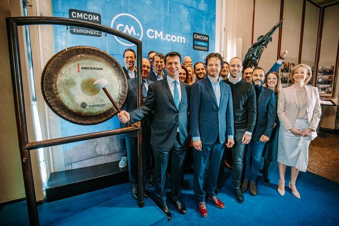 Jeroen van Glabbeek (links), topman van CM.com sloeg op 21 februari op de Amsterdamse Beurs op de gong om de eerste handelsdag van het bedrijf te markeren.