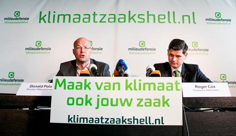Directeur Donald Pols van Milieudefensie en advocaat Roger Cox kondigden in april een klimaatzaak tegen Shell aan. Beeld anp