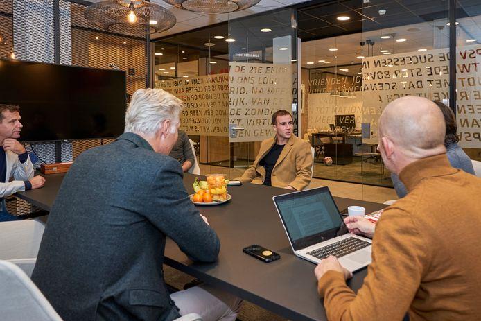 Op de avond dat Mario Götze naar PSV kwam, zaten onder anderen Frans Janssen (links), Peter Fossen, Götze zelf, persmanager Thijs Slegers en technisch directeur John de Jong binnen.