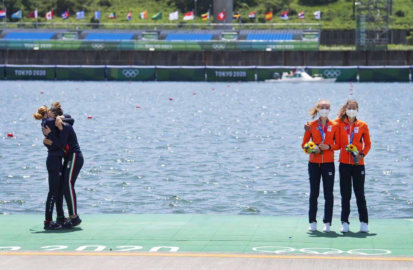 Marieke Keijser en Ilse Paulis bij de medaille-uitreiking.