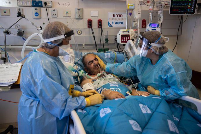 """""""Cette vague est très complexe"""", analysent les infirmières. """"Les patients ont davantage de complications et on voit l'angoisse dans leurs yeux"""""""