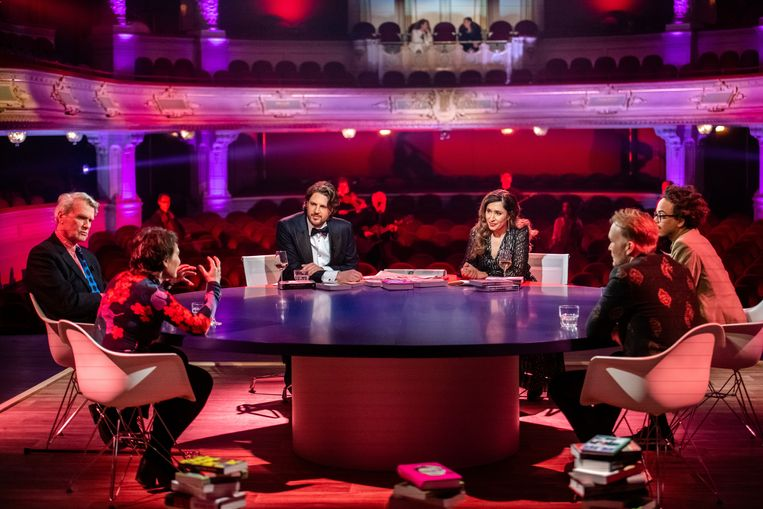 De talkshowtafel met presentatoren Renze Klamer en Fidan Ekiz in de lege Stadsschouwburg tijdens een speciale Boekenbaluitzending van De Vooravond op NPO1.  Beeld ANP