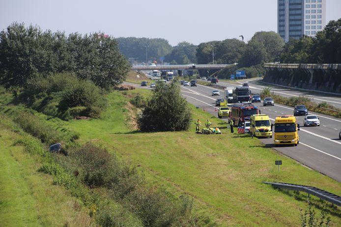 Een slachtoffer wordt behandeld na het ongeluk langs de A15.