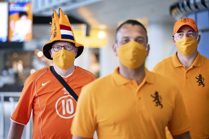 Voetbalfans komen aan op Schiphol voor hun vlucht naar Boedapest.