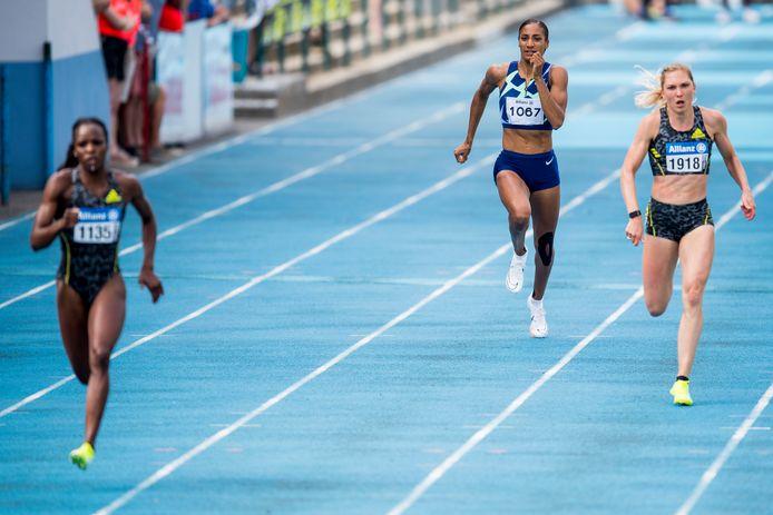 Op de EAP meeting  in Nijvel werd Manon Depuydt (r.) derde op de 200m in 23.69. De overwinning ging naar een ontketende Cynthia Bolingo (l.) in 22.79.