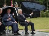 Boris Johnson gaat viraal met hilarisch gestuntel met paraplu