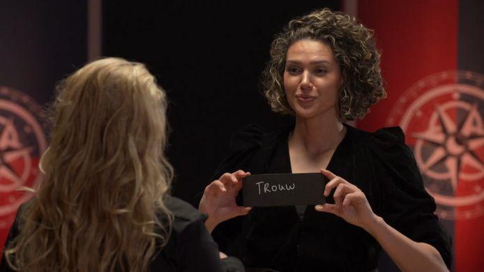 Wanneer Chatilla én Samantha het woordje 'trouw' op een bordje schrijven, delen zij de zilverschat.