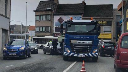 Vrachtwagen en personenauto botsen