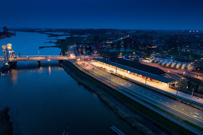 Het station van Kampen is 's nachts sterk verlicht. ProRail gaat nu maatregelen nemen om lichten op stations te dimmen.