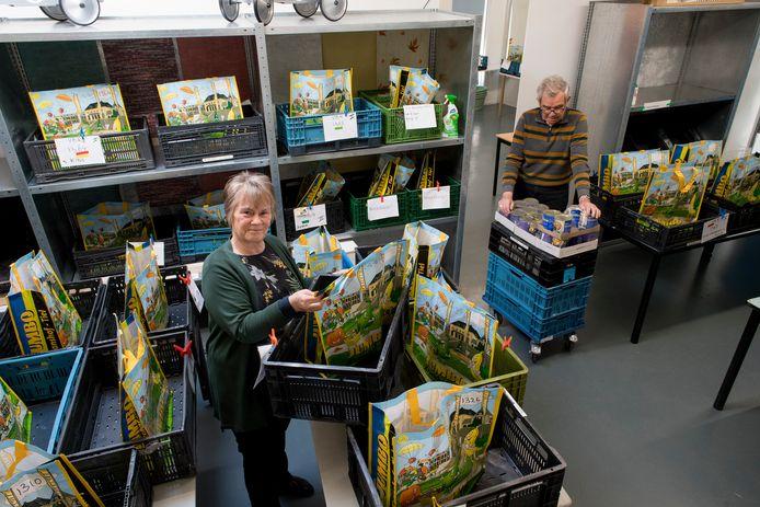 Producten van de Voedselbank Rivierenland wordt in dozen en tassen aan klanten overhandigd. Dat blijft voorlopig ook nog zo. Het in 2019 geïntroduceerde winkelconcept is in coronatijd niet mogelijk.