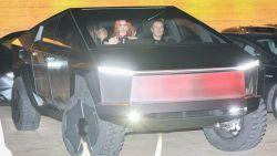 Elon Musk gaat met zijn Cybertruck op restaurant en kegelt meteen paaltje omver