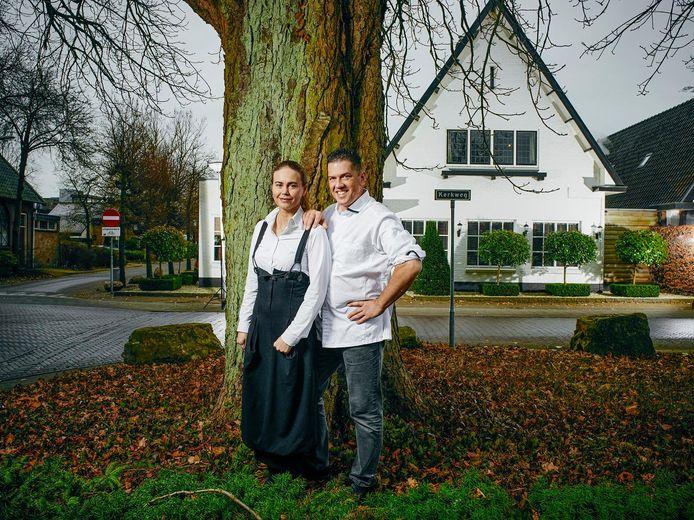 Kim Veldman en Jacob Jan Boerma voor het pand van driesterrenrestaurant de Leestin Vaassen. Het staat te koop nu Boerma en Veldman na 17,5 jaar stoppen met het restaurant.