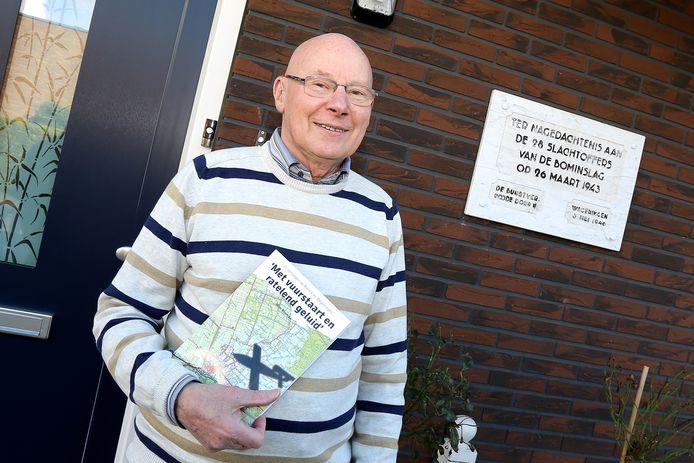 Wim Bosman bij de plaquette in de Beekstraat in Wageningen die herinnert aan de ramp, of het misdadig oorlogsexperiment van de Duitsers, op 26 maart 1943 die 28  Wageningers het leven kostte.