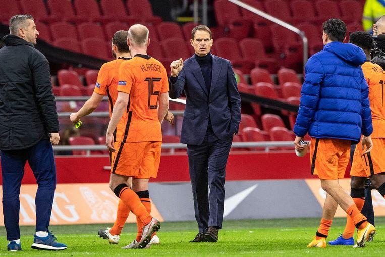 Frank de Boer feliciteert de spelers na afloop van de wedstrijd tegen Bosnië-Herzegovina.  Beeld Guus Dubbelman / de Volkskrant