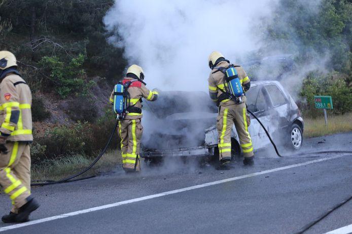 Een auto brandde vanavond volledig uit op de snelweg bij afrit Loenen.