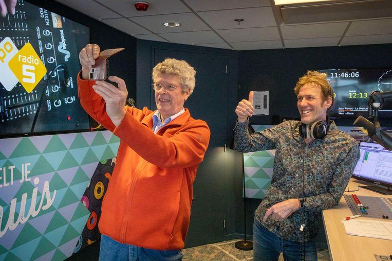 Hans Schiffers, en oud-presentator Jan Steeman in de studio van Radio 5.  Beeld Werry Cronew