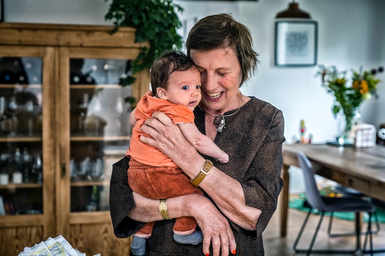 Noëlle Dendas met haar kleinkind, de acht weken oude Essa. Beeld Tim Dirven