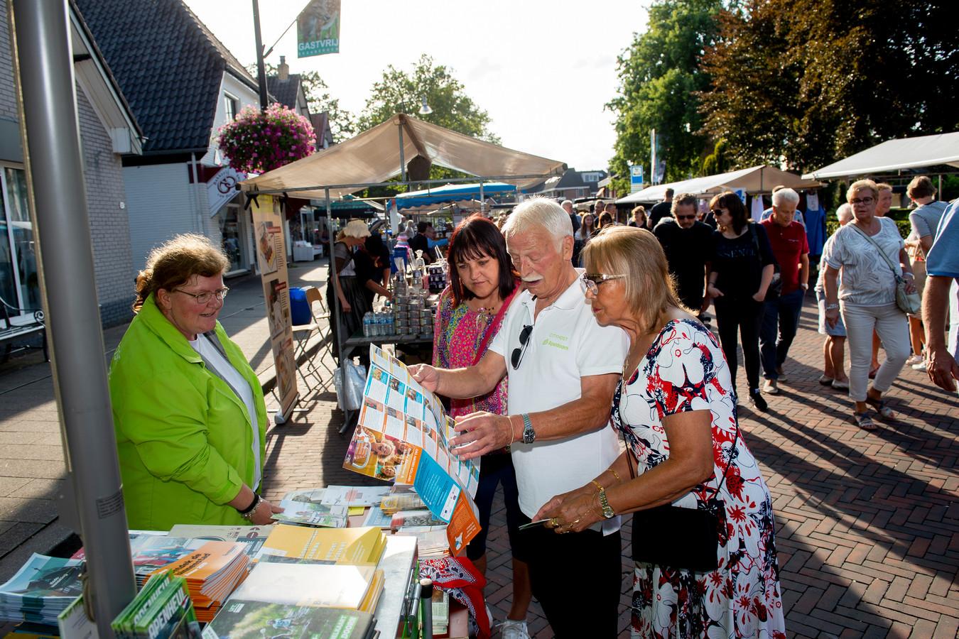 Ineke Lammers en Ben Fockens op de Veluwse Markt in Beekbergen.