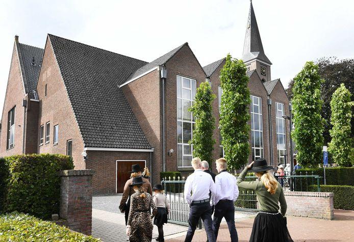 Kerkgangers komen aan bij de Hersteld Hervormde Kerk in Staphorst.