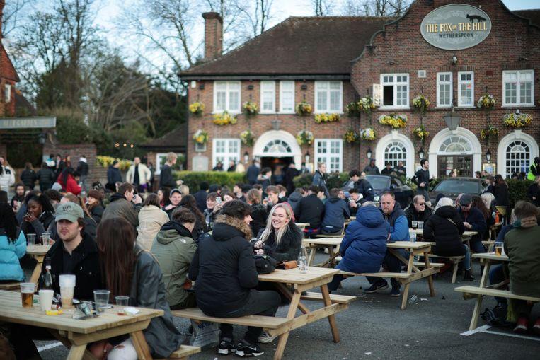 Een vol terras bij cafe The Fox on the Hill in London, waar de terrassen weer open zijn Beeld Reuters