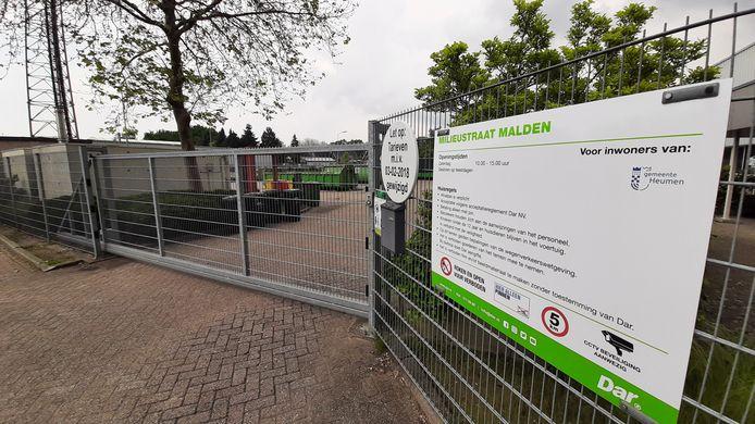 Het hek van de milieustraat in Malden dreigt straks dicht te blijven.