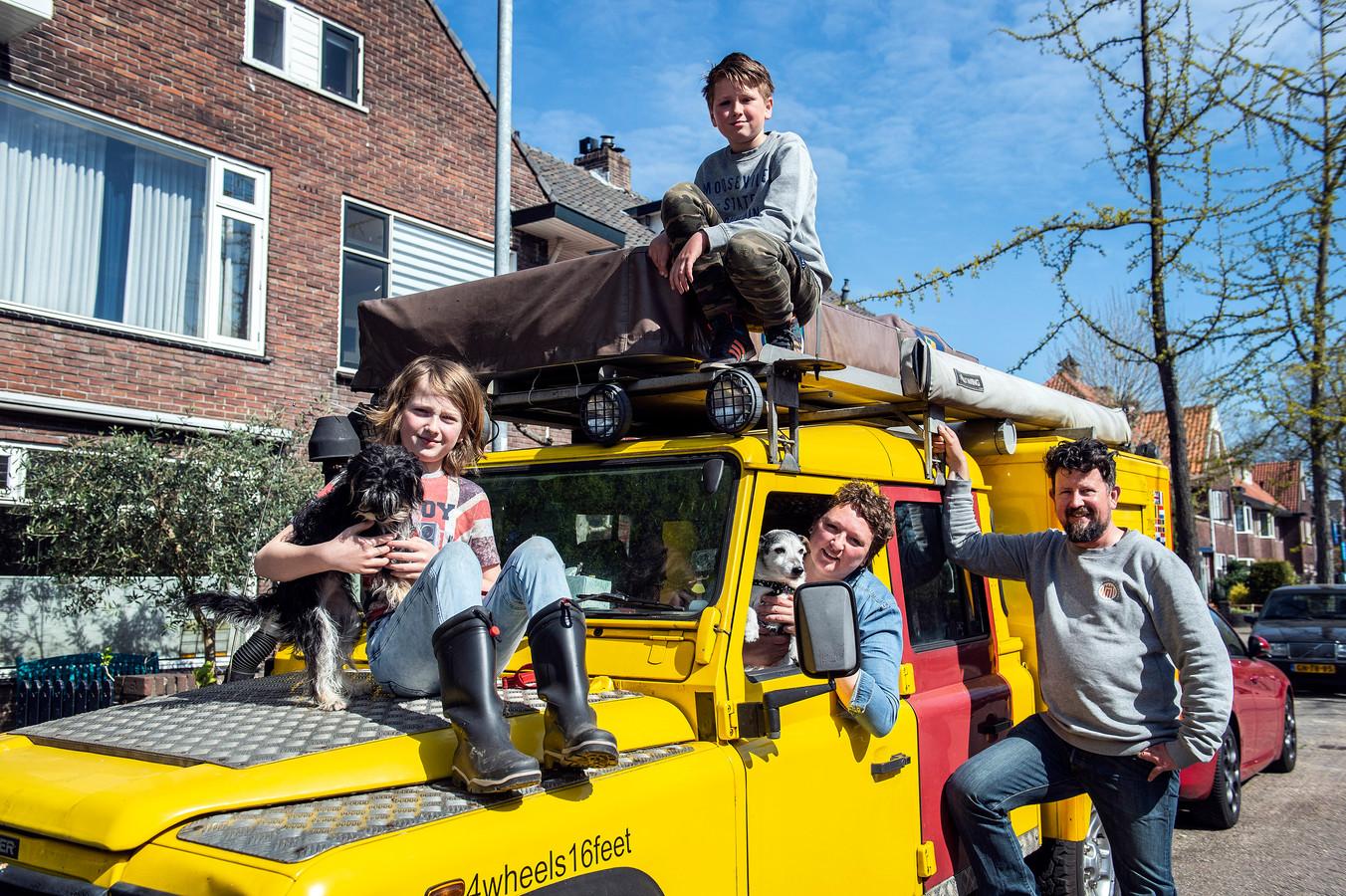 Saskia (m), Sjef (r), Binne en Hank gaan een reis van 4 maanden maken rond de Zwarte Zee in hun knalgele Land Rover. Ook de honden Odie en Dixie reizen mee.